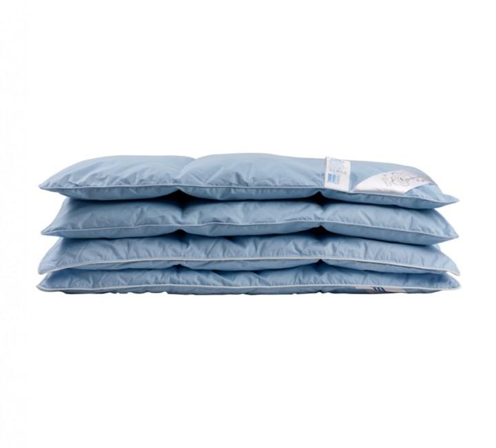 Детское пуховое одеяло «Серый гусенок» 118x118 см наполнитель: серый гусиный пух категории премиум ткань: голубой тик импортный (100% хлопок). Кант - белый.